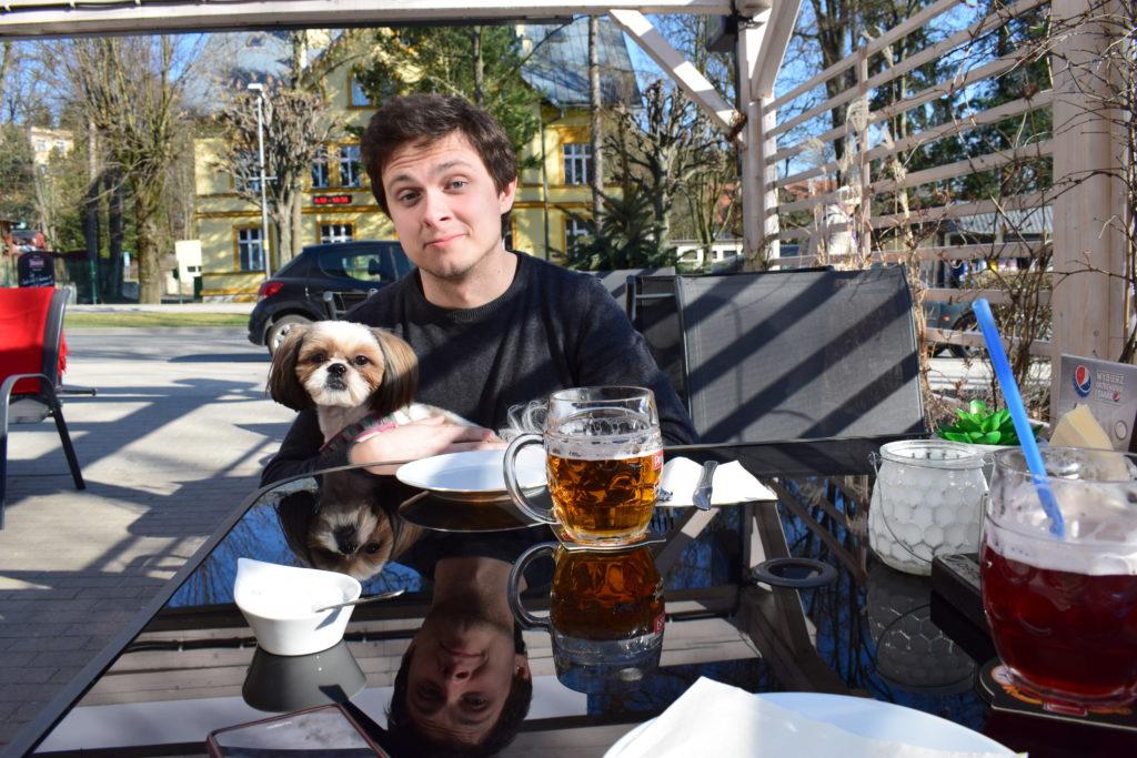 restauracja piwnica kudowska z psem