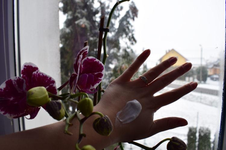 Zimowe kremy do rąk. Jak dbać o dłonie zimą?